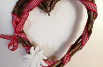 Türkranz in Herzform aus Ästen